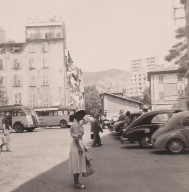 Autocars stationnant place Armand Vallee Toulon